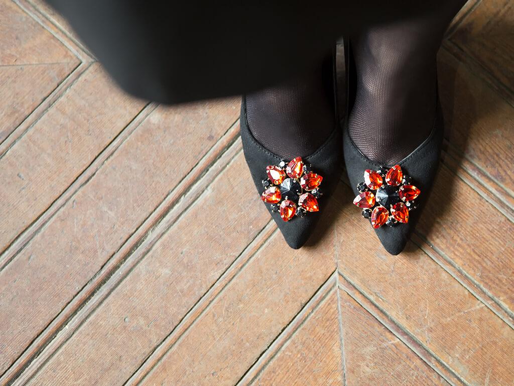 capsula silvana 2017 zapato color negro con pedreria karolina fresneda